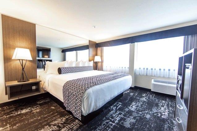 Bedroom | Deluxe King Room | Davenport Centennial