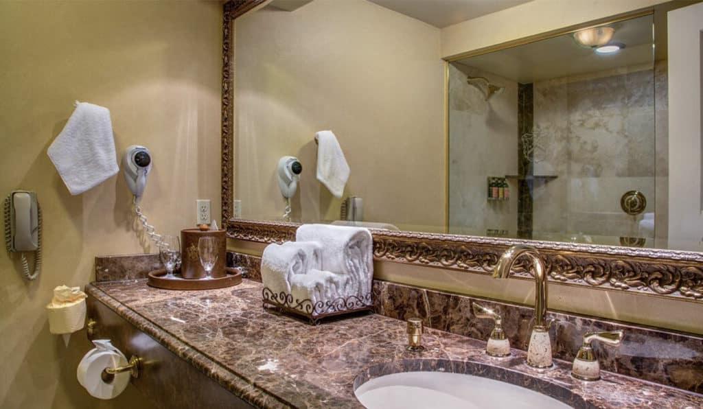 Bathroom | Deluxe Room | Historic Davenport